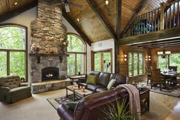 woodsy_log_home_great_room